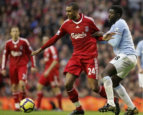Liverpool - Manchester City: domácí David Ngog (vlevo) a Kolo Touré