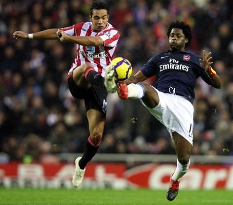 Sunderland - Arsenal: domácí Kieran Richardson (vlevo) v souboji s Alexem Songem