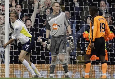 Tottenham - Wigan: útočník Peter Crouch (vlevo) střílí gól
