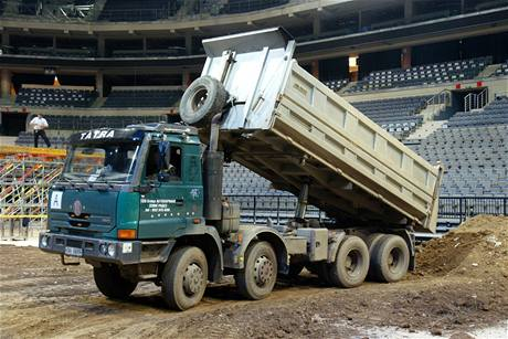 FMX Gladiator Games 2009 - náklaďáky musí navozit téměř tisíc kubíků hlíny