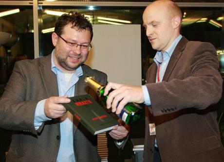 Šampanským knihu polil zástupce šéfredaktora MFDNES Jiří Kubík.