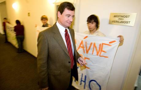 Začátek zasedání provázel protest zhruba dvacítky studentů letňanského gymnázia Přírodní škola. (21. listopadu 2009)