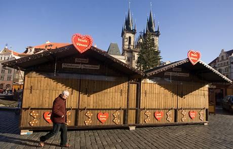 Na Staroměstském náměstí finišují přípravy na sobotní zahájení vánočních trhů (25. listopadu 2009)