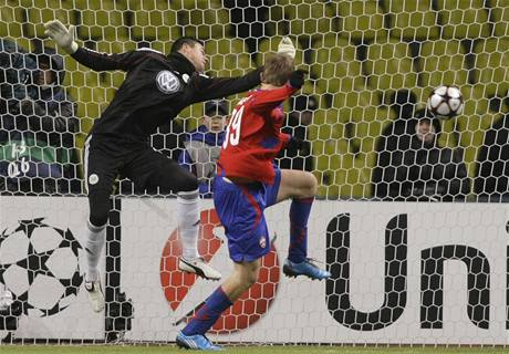CSKA Moskva - Wolfsburg: Tomáš Necid (vpravo) a Diego Benaglio