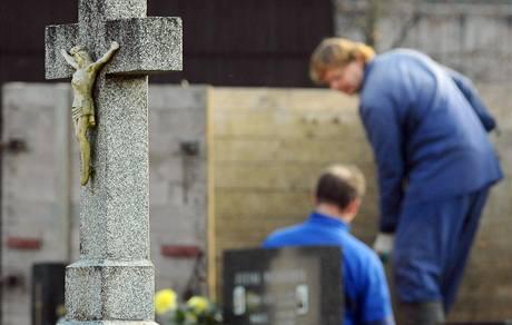 Štěpán Hamala (vlevo) a Vilibald Thomas se zúčastnili 21. listopadu ve Velkých Karlovicích na Vsetínsku zkoušky k získání kvalifikace hrobníka.