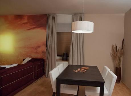 Umístění sedačky doprostřed místnosti vytvořilo optický předěl mezi jídelnou a obývákem