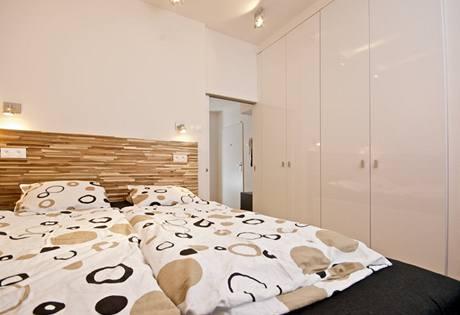 Bílý lakovaný nábytek byl vyrobený na míru