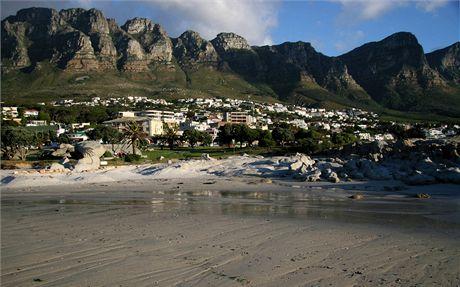 Jihoafrická republika. Skalní masiv 12 apoštolů, pod ním Camps Bay, luxusní předměstí Kapského Města