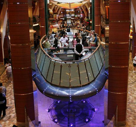 Oasis of the Seas. Bar jako výtah jezdí mezi třemi patry největší výletní lodi světa