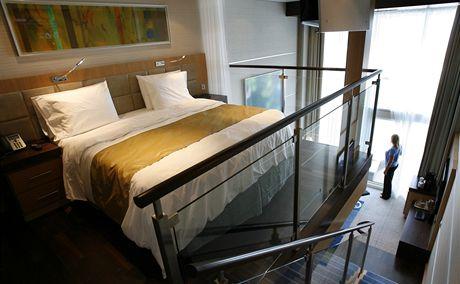 Oasis of the Seas. Dvouposchoďové apartmá je vybaveno i obřím dvouposchoďovým oknem a balkonem