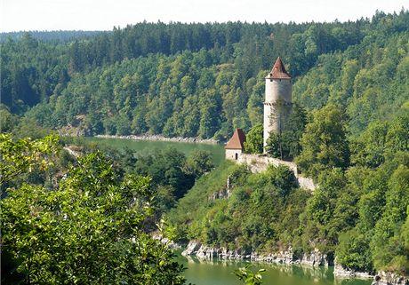 Válcová věž hradu Zvíkova v pohledu z vyhlídky Varta