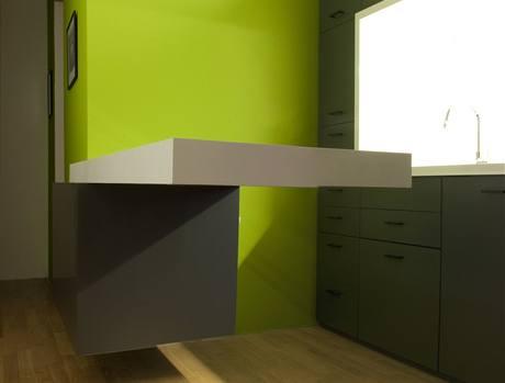 """Originální kuchyně s šuplíkovou stěnou a """"létajícím"""" stolem"""