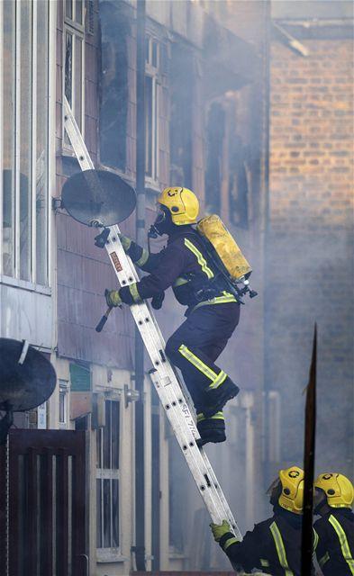Čtvrť na jihu Londýna zachvátil rozsáhlý požár (26. listopadu 2009)