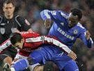 Arsenal - Chelsea: domácí Cesc Fabregas (v červeném) padá po ataku Michaela Essiena