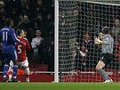 Arsenal - Chelsea: domácí gólman Manuel Almunia (vpravo) marně sleduje míč mířící do sítě po teči jeho spoluhráče Thomase Vermaelena (v červeném)