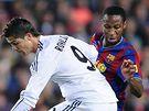 FC Barcelona - Real Madrid: hostující Cristiano Ronaldo (v bílém) bojuje se Seydouem Keitou