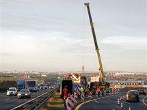 Stavba mostu, součásti Pražského okruhu, uzavřela dálnici D1 na 10. kilometru ve směru na Prahu. (23. listopadu 2009)