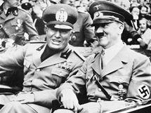 Adolf Hitler (vpravo) a  Benito Mussolini při schůzce v roce 1938 v Mnichově