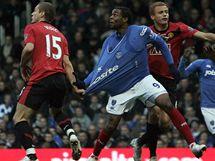 Portsmouth - Manchester United: Frederic Piquionne (uprostřed) a Nemanja Vidič (vlevo)