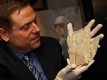 Darren Julien, předseda společnosti Julien's Auctions, s draženou Jacksonovou rukavicí