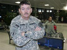 Na pražské Ruzyni neplánovaně přistál americký letoun s 200 vojáky na palubě. Pilot hlásil kouř v kabině. Stroj mířil z Iráku do USA (26. listopadu 2009)