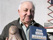 Karel Buchta z Útěchoviček vypěstoval letos rekordní bramboru o váze 1720 g.