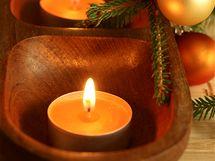 Časově úsporná varianta adventního svícnu - využijte čajové svíčky a mističky či tácky, které už máte doma.