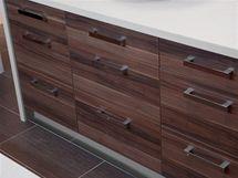 S dřevěnou dýhou zásuvek ladí podlaha imitující dřevo
