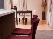 Ostrůvek je doplněn židlemi, částečně tak nahrazuje původní bar