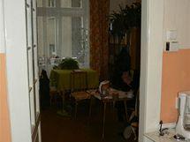 Průhled do původního obývacího pokoje s okny do dvora