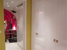 Také vdruhém pokoji jsou šatní skříně postavené vedle zrcadlových dveří