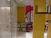 Oba pokoje spojují posuvné dveře opatřené zobou stran zrcadlem