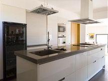 V kuchyni zkombinoval architekt bílou a antracitovou