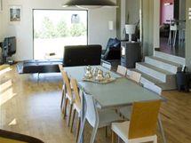Podlaha obývacího pokoje je vůči kuchyni a ložnicové části snížena o 75 cm