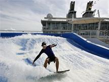 Oasis of the Seas. Colin Kerr, sportovní instruktor společnosti Royal Caribbean, zkouší jeden ze dvou surfovacích simulátorů na palubě