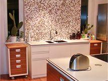 Kuchyň jsem stvořil sám. Navrhl jsem i digestoř se třemi komíny