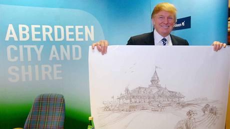 Donald Trump a nákres klubovny u plánovaného golfového hřiště u Aberdeenu.