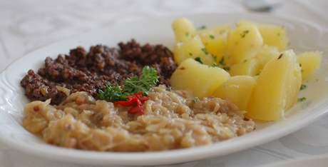 Restaurace Rubín - jitrnicový prejt se zelím a bramborem.