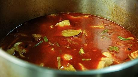 Vhoďte na proužky nakrájenou papriku