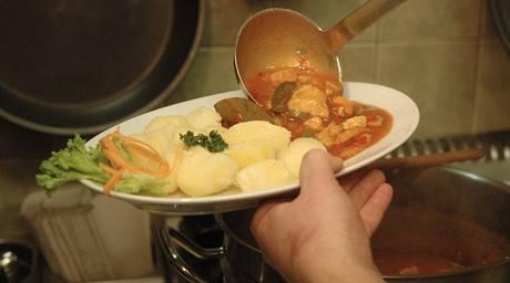 Jako příloha se hodí brambory, pečivo, ale i knedlík