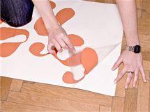 3/ Pomalým tahem oddělte všechny části samolepky i s přenášecí fólií od podkladového papíru. Pokud by vám některá část samolepky chtěla zůstat na papíru, pomozte si ručně.