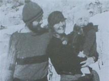 Hemingway, žena Hadlay a syn Bumby na lyžích v rakouském Montafonu v roce 1925