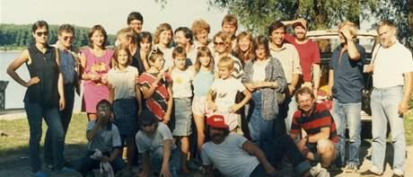 Petr Zeman na společné fotografiie emigrantů v Gönyü v srpnu 1988