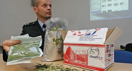 Brněnský policejní mlvčí Bohumil Malášek se zabavenými listy koky z Peru