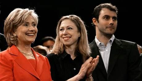 Chelsea Clintonová, její matka  Hillary a snoubenec Marc Mezvinsky