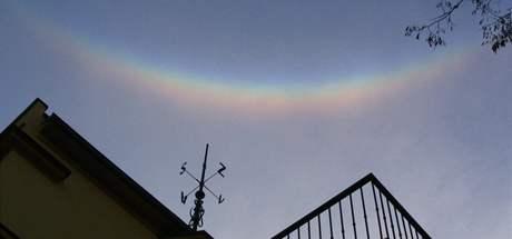 Mimořádně jasný cirkumzenitální oblouk ráno 3. 2. 2006 v Praze na ledových krystalech v přízemní vrstvě
