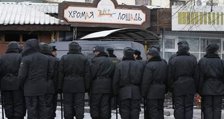 V nočním klubu v ruském Permu vybuchla zábavní pyrotechnika, dav se ven tlačil jedinými dveřmi, zemřelo přes sto lidí