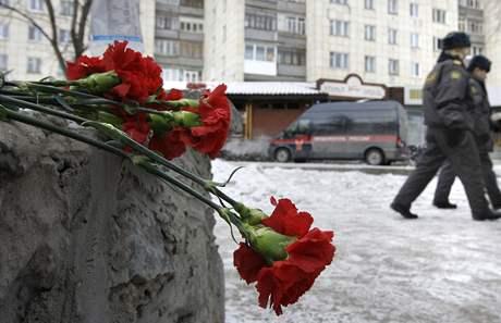 V nočním klubu v ruském Permu vybuchla zábavní pyrotechnika, dav se ven tlačil jedinými dveřmi, zemřelo přes sto lidí. Pozůstalí identifikují oběti