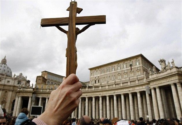 Mu� zdvihá k�í� na nám�stí Svatého Petra v �ím�