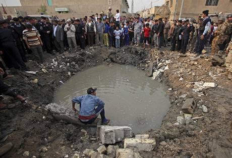 Kráter po výbuchu bomby u bagdádské školy (7.12.2009)